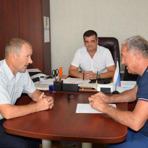 Жители села Садового Арзгирского района попросили Игоря Андрющенко помочь с реконструкцией местной дороги