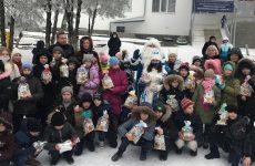 Сладкие подарки от имени депутатов-единороссов привезли руководитель фракции Роман Стаценко и депутат Думы Жанна Караваева
