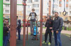 Дмитрий Судавцов организовал состязание по подтягиваниям и отжиманиям на брусьях